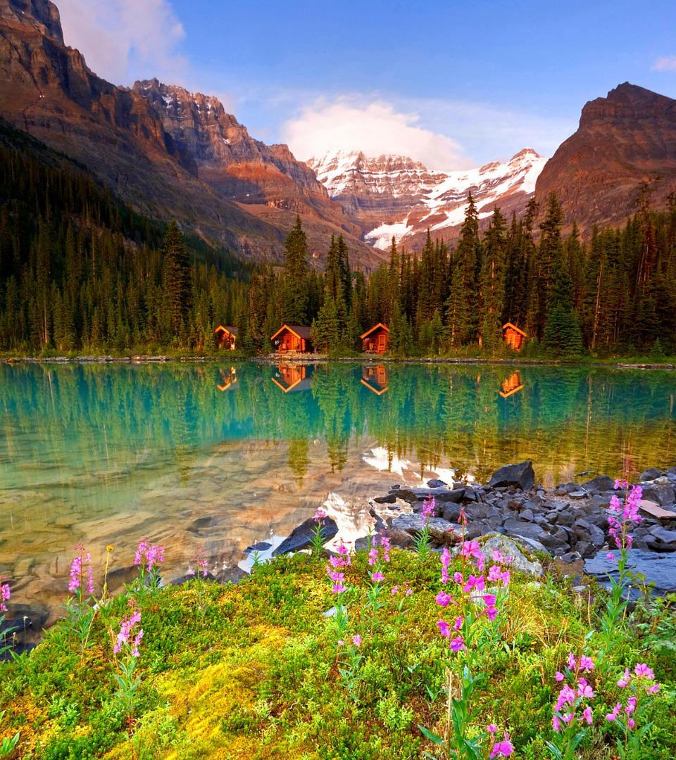 Cabanes au bord d'un lac au Canada