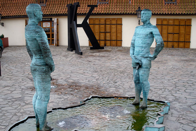 Deux hommes en train d'uriner, de David Cerny.
